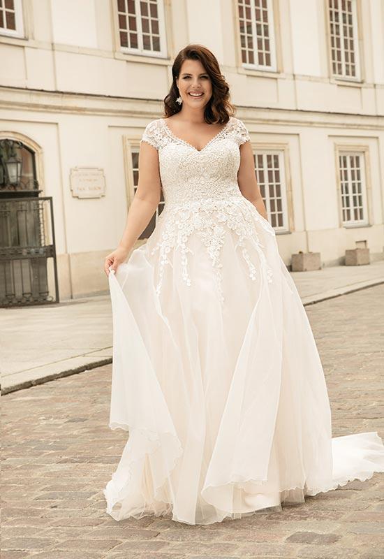 Lovely von Mode de Pol bei Brautmoden Tirol in Mieming